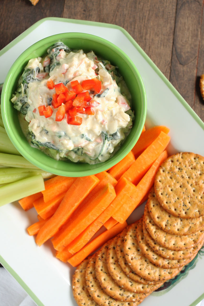 Skinny Greek Yogurt Spinach and Artichoke Dip // 24 Carrot Life #greekyogurt #vegetarian #healthy