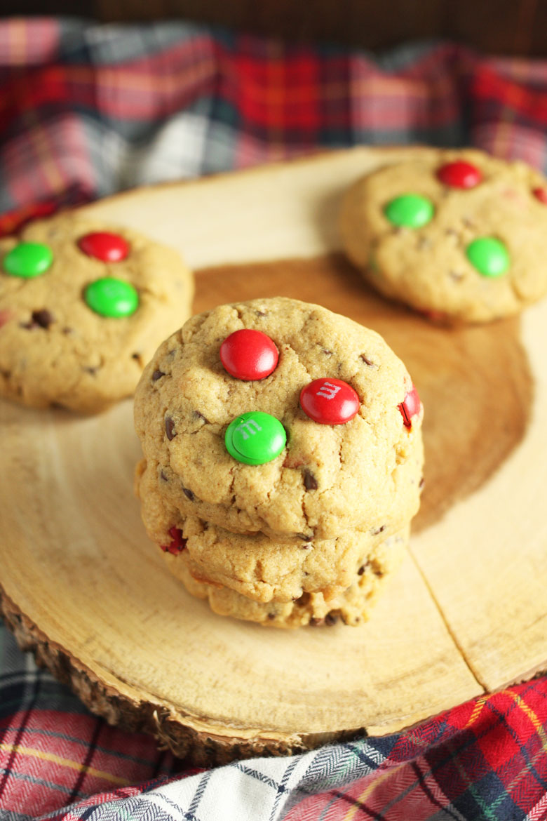 Peanut Butter M&M Cookies // @24carrotlife #healthy #peanutbutter #holidays #christmascookies