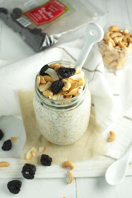 Cherry Coconut Overnight Oats // 24 Carrot Life #oatmeal #overnightoats #healthy #glutenfree