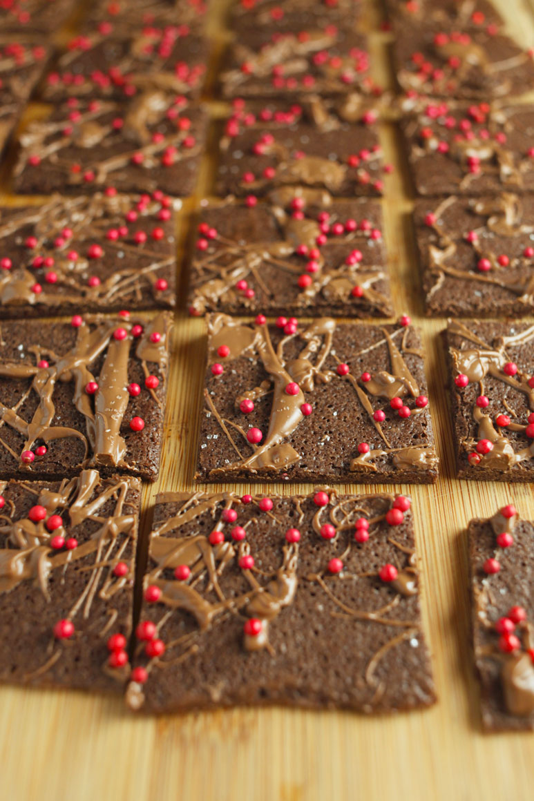 Brownie Brittle // This brownie brittle is chewy in the middle and crispy on the edges. It makes a prefect semi-homemade holiday gift for your loved ones. -24 Carrot Life