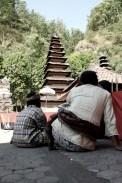 Berdoa di Pura Ulundanu