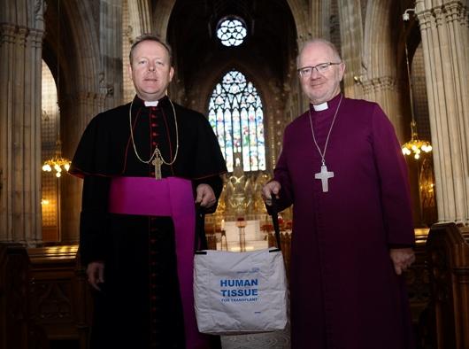 """Uskup Agung Eamon Martin (Katolik) dan Uskup Agung Richard Clarke saat Peluncuran """"Flesh and Blood Ireland"""" di Katedral Santo Patrick di Armagh. Kampanye mobilisasi Gereja-Gereja itu bertujuan untuk membantu peningkatan jumlah pendonor darah dan organ tubuh di seluruh negeri."""