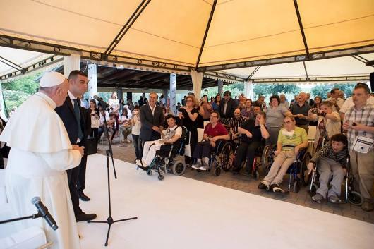Paus bersama orang cacat di Casa OSA/Foto Vatican News