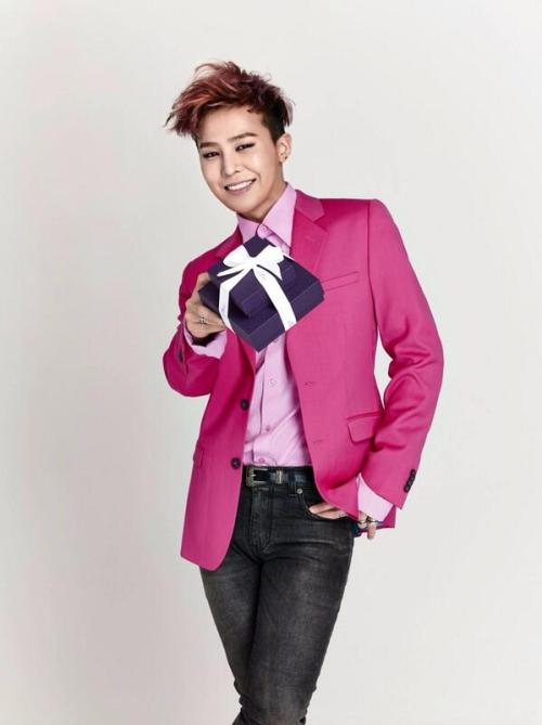 G-Dragon with gift