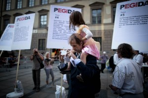 bagida infostand1 030815 2 - Hartmud P. - repetitly spoke at PEGIDA  - brings his daughter