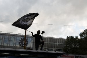 dierechtehbf5 - Counter protestor waving flag