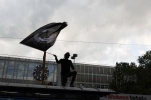 dierechtehbf5 - Counter protestor waving flag