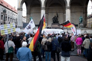 pegida 210915 1 - PEGIDA in front of the FEldhernnhalle.