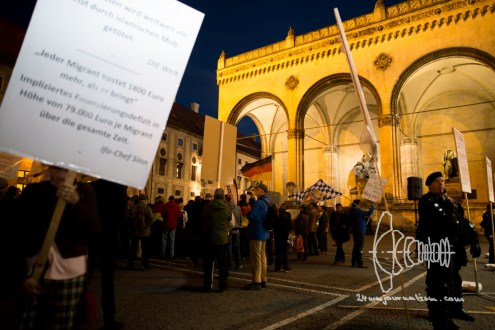 PEGIDA in front of the historically charged Feldherrnhalle.
