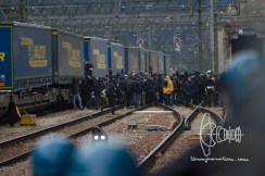After heavy clashes protestors flee over traintracks and move toward the Brenner highway.