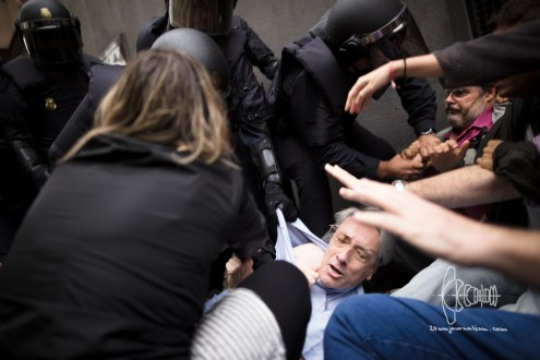 Police brutally try to evict people blocking entrance to a school.