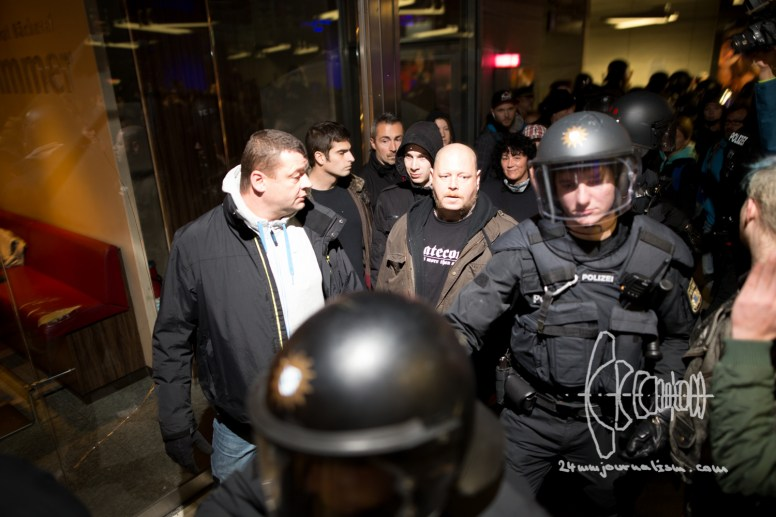 After a group of neonazis attacked left demonstrators as they tried to get out of the PEGIDA cage, police escorts them into the subway.