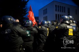 Police pushes back antifacists with orce