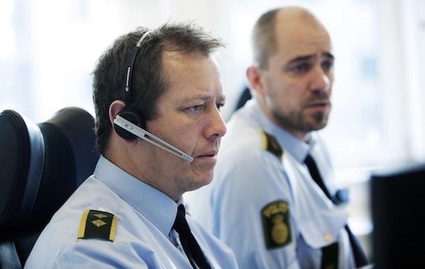 politi i uniform på alarmcentralen