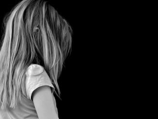 pige offer ked af det trist barn