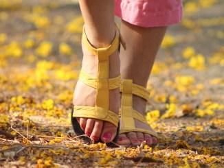 pige kvinde teen fødder går skov