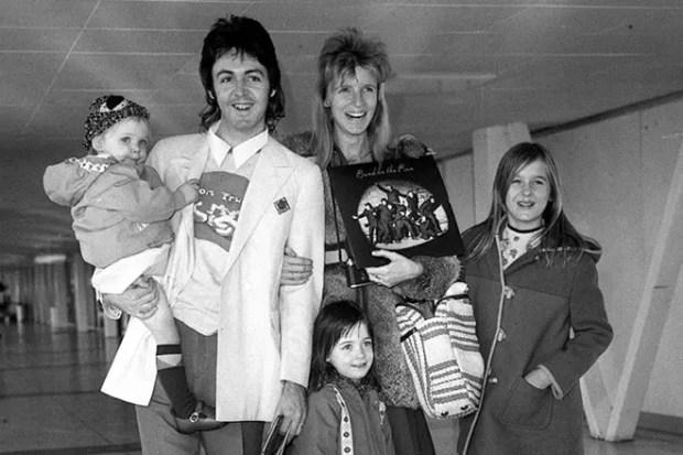 Пол Маккартни с женой Линдой и детьми