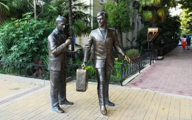 Памятник актёрам Анатолию Папанову и Андрею Миронову в Сочи