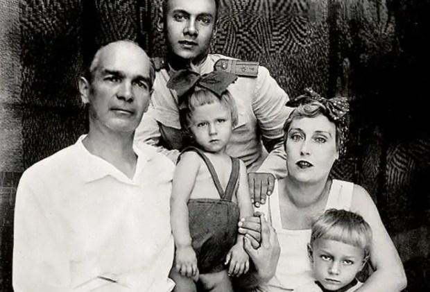Олег Янковский в детстве (посередине) с родителями и старшими братьями Ростиславом и Николаем (справа)