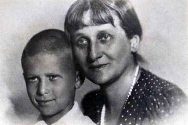 Анна Ахматова с сыном