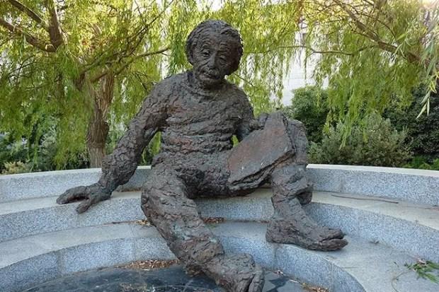 Памятник Альберту Эйнштейну работы Роберта Беркса