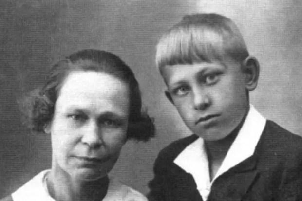 Евгений Евстигнеев в детстве с мамой