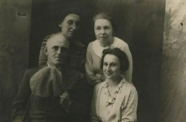 Верхний ряд: Н.Я. Мандельштам, Н.Е. Штемпель. Нижний ряд: О.Э. Мандельштам, М.В. Ярцева. Воронеж, 1937 год