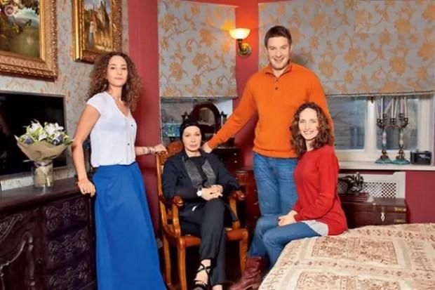 Татьяна Васильева с дочкой Лизой, сыном Филиппом и его супругой Анастасией