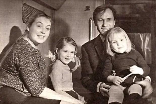 Лидия Федосеева-Шукшина и Василий Шукшин с дочерьми