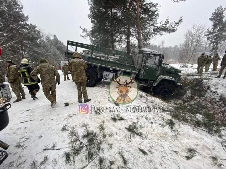 КрАЗ з військовослужбовцями з'їхав у кювет: є постраждалі