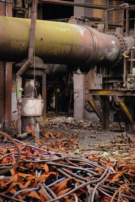 An den Winderhitzern hatten Metalldiebe ihre Beute aus den umliegenden Anlagen zusammengetragen. Isolierung und weniger wertvolle Bauteile blieben zurück.