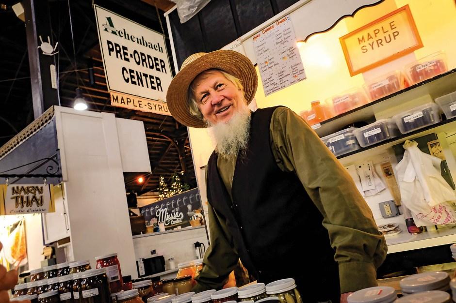 Händler David Stoltzfus in der historischen Markthalle von Lancaster City. Eingemachtes von amischen Frauen lässt sich gut verkaufen.