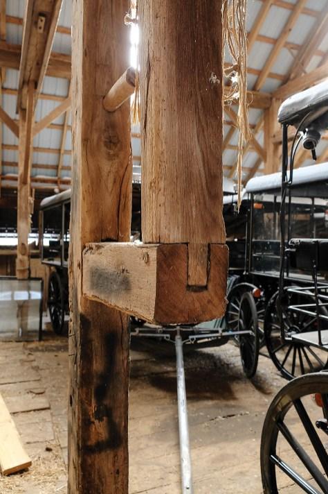 Das Tragwerk dieser Scheune ist aus Holzbalken konstruiert, die verzapft werden. Vor dem Bau einer Scheune wird das Holz passgenau zugeschnitten, Schrauben oder Nägel braucht es nicht.