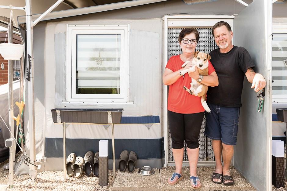 Brigitte und Jakob Bohlem schätzen die Freundlichkeit und Hilfsbereitschaft unter den Campern. Hund Rocky hält zu Fremden lieber Distanz.