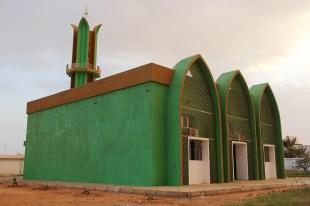 Neben einem Fußballplatz, einem Einkaufszentrum und dem Flugplatz prägen vor allem zahlreiche Moscheen das Stadtbild in Al-Dschauf.