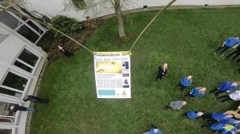 Ganz knapp verpasst der Ballon beim Abheben einen Baum.