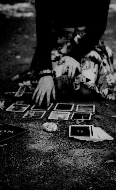 witchinqhour:    SHANA KEPT TURNING OVER  CARDS THAT REVEALED DEATH.  NO MATTER HOW MANY TIMES  SHE DEALT HER HAND OF CARDS.  THE RESULTS WERE ALWAYS THE SAME.  THE DEAD GAME.