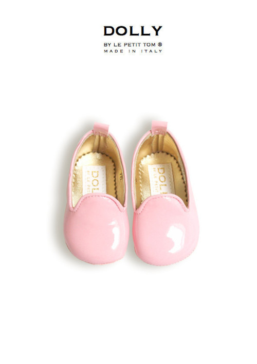 "DOLLY by Le Petit Tom ® BABY SMOKING SLIPPERS 7SL LIGHT PINK PATENT and platino leather lining. Just like little Doll shoes. Classic Smoking Slippers. Exclusieve Italiaanse babyschoentjes. Handmade in Italy   DOLLY 7SL classic smoking slipper flats from shiny patent leather and fully lined with leather  Step aside, ballet flat, there's a new shoe in DOLLY town. The smoking slipper has quickly become the ""it"" shoe for seasons to come. Paired with jeans, shorts skirt or dress, these slippers are not just for pajama parties anymore. The Dolly designer created these loafers in a myriad of materials and colors. Whether you are looking for more of the classic smoking flats, or a modern update, this collection has some great options to add to your baby's and your wardrobe rotation. These wear-with-anything shoes exude laid back elegance!"