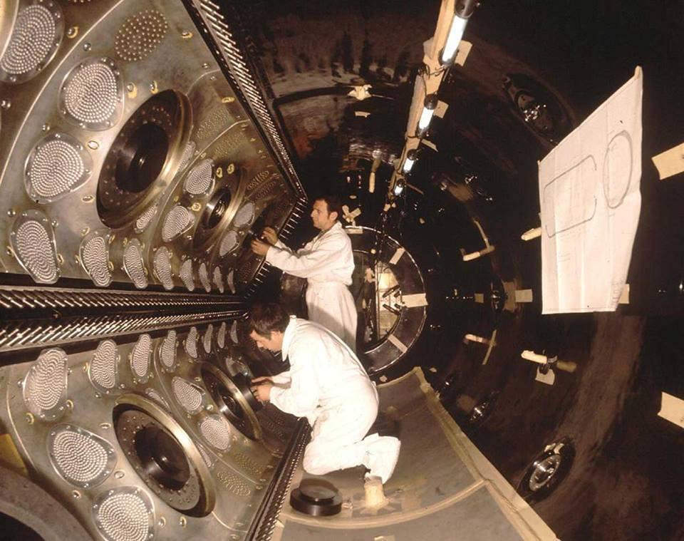 """L'immagine, scattata nel 1970, mostra una vista all'interno della camera a bolle Gargamelle costruita presso il Laboratorio di Saclay in Francia durante la fine del 1960. Gargamelle è stata progettata principalmente per la rilevazione dei neutrini. In sintesi, una camera a bolle contiene un liquido sotto pressione che rivela, non appena la pressione si riduce, le tracce delle particelle cariche elettricamente come """"percorsi"""" di piccole bolle. Dal momento che i neutrini non hanno carica, lo scopo di Gargamelle era di osservare i neutrini proprio grazie alle deviazioni che le particelle cariche subivano a causa dell'interazione con i neutrini all'interno del liquido.(Photocredit: CERN). Per saperne di più:http://home.web.cern.ch/about/experiments/gargamelle."""
