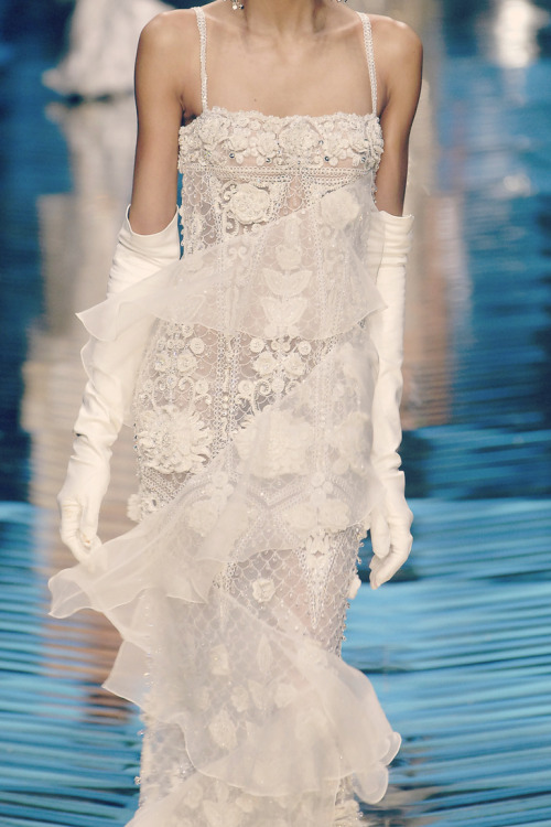 girlannachronism:</p> <p>Valentino spring 2008 couture details<br />