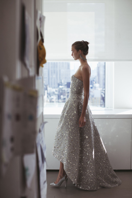 adultrunaway:</p> <p>Karlie Kloss in Oscar de la Renta<br />