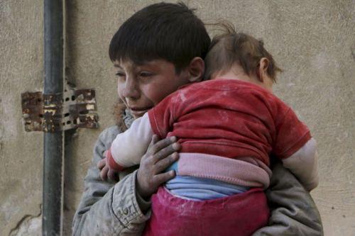 Siria<br /><br /> Un niño huye de los bombardeos llevando en brazos a su hermana, mucho más pequeña que él.<br /><br /> He visto esta fotografía hoy. Se trata de una imagen desgarradora y representativa de muchos de los conflictos bélicos en los que los más débiles, los más inocentes, son los que más sufren.<br /><br /> Resulta difícil abstraerse de los ojos llorosos del niño, de ese cuerpo menudo que lo abraza y que busca una protección que no puede darle.<br /><br /> Por lo visto, estamos en un mundo que no puede protegerles. Una mierda de mundo.<br /><br /> Me viene a la memoria el abrigo rojo de &#8220;La lista de Schindler&#8221;.