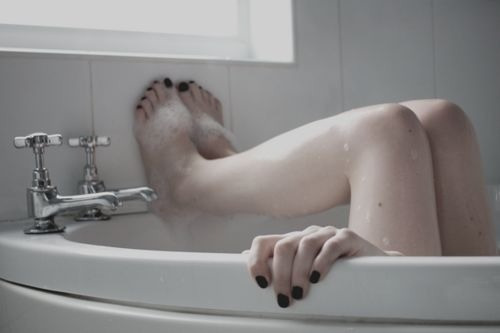 girl suicides in bath tub