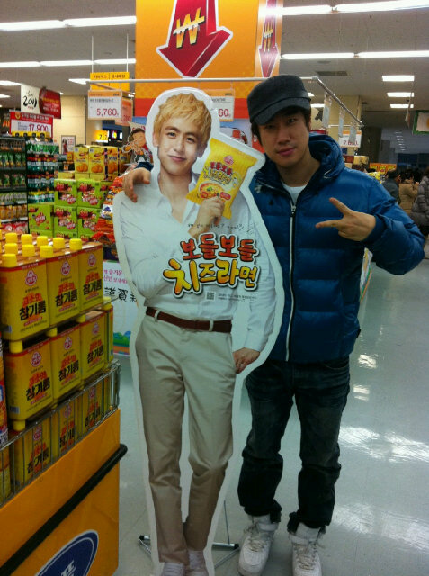 100101 Khun's Twitter  Hanging out with @san_e, shopping at a nearby supermarket! I think we both want some cheese ramyun~