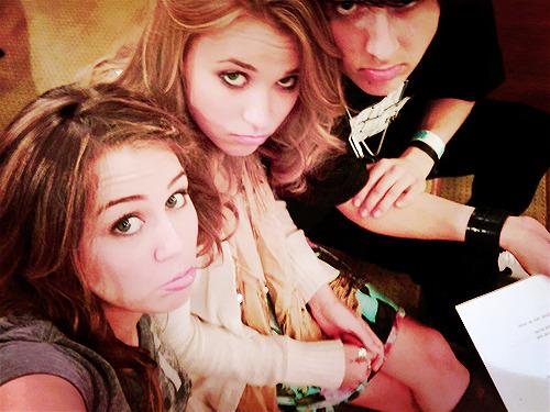 Hannah Montana Forever Se puder leia ouvindo Wherever I Go! 6 anos, mais de 100 episódios, 4 temporadas. Tempo que trouxe a nós fãs coisas maravilhosas, risadas, brincadeiras, coisas idiotas, caretas lindas da Miley, briguinhas entre Miley e Jackson, o amor Jake, depois Jesse, presentes de aniversário de Miley no qual blusas faziam barulhos e tinham carinhas, e atrás rabinhos. Enfim só alegria, amor e bom humor. Por mais que todosnós falemos, que queremos que Hannah Montana acabe, vai simdeixar, muitas, muitas & muitas saudades! E isso não tem como negar. A primeira e mais bela fase da vida de Miley terá sem fim mesmo, hoje. Ou será que não? Vamos deixar mesmo, Hannah morrer? Ou ela vai viver pra sempre dentro de nossos corações? Todo esse tempo, todas as risadas, e palhaçadas de Miley em Hannah Montana foram literalmente as melhores! Nunca existirá nada mais precioso dentro do meu coração, do que Hannah. É algo que existiu, que aconteceu, para simplesmente nos mostrar a beleza exterior e interior de Miley, a bondade, o carisma, sabedoria, talento, simpatia, bem-humorada, beleza, risadas maravilhosas, o sorriso perfeito. Foi tudo, tudo por Hannah. E hoje tudo isso que durou 6 anosvai acabar. Se eu estou feliz por acabar? Vamos dizer que sim entre aspas, pois é o que Miley queria. Na vida tudo passada. Mas claro, estou muito, triste. Muito mesmo. Quem não vai sentir saudade, de ver todas as brincadeiras de Miley? Quem não vai sentir saudade das frases imensas dela. Say what? É, eu vou, você vai, ele vai, nós vamos! Do fundo do coração eu só tenho que agradecer por Hannah de alguma forma, existir. Por me mostrar a garota que hoje representa o meu motivo de viver, representa a minha força, amor, luta, acreditar. Que representa o meu sonho. Não sei você, mas eu deixei lágrimas caírem sobre o teclado, ao escrever tudo isso. Por que? Porque Hannah fez parte da minha história, da minha infância, e adolescência. E pode ter certeza que eu terei orgulho de dizer aos meus filh