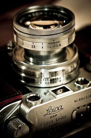 Tar man bättre bilder med en snygg kamera? I så fall måste bilderna man tar med denna Leica bli fantastiska… (kameran finns tyvärr inte till salu på Bamarang.se - i alla fall inte än!)