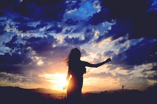 """Porque quem é de Deus é motivo de piada? Porque quem fala de Deus é louco? Porque as pessoas ridicularizam os caminhos de Deus? Porque espalhar a palavra não é certo? Certo é esquecer que Deus existe e viver nesse mundo apenas por viver? Verdade é viver fazendo tudo que dá vontade só pra está """"na moda""""? Normal é falar palavrão, espalhar o ódio e todos os sentimentos ruins? Os melhores caminhos são os que nos levam aquilo que é contrário a Deus? Pois eu prefiro que riam de mim, que não levem a sério o que eu falo, que me chamem de chata, careta, doente, louca e do que quiserem. De que adianta eu chamar palavrões, sair ficando com uns e com outros, beber até cair e aproveitar das falsas diversões do mundo, mas voltar pra casa com o mesmo vazio de antes? Eu prefiro usar palavras de amor, cantar, louvar, ir a casa do Senhor…Isso sim me completa. Isso sim é a felicidade de verdade. O mundo nos dá felicidades passageiras. Só Deus nos dá a felicidade eterna."""