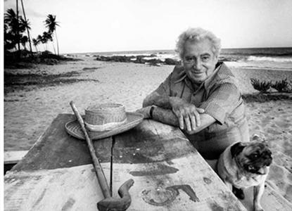 Jorge Amado na praia. É tão óbvio quanto irresistível.