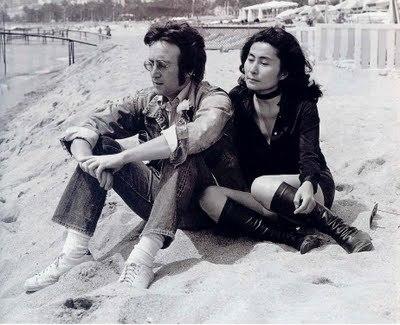Yoko e John em Cannes, nos 1970. Adorei as botas dela.