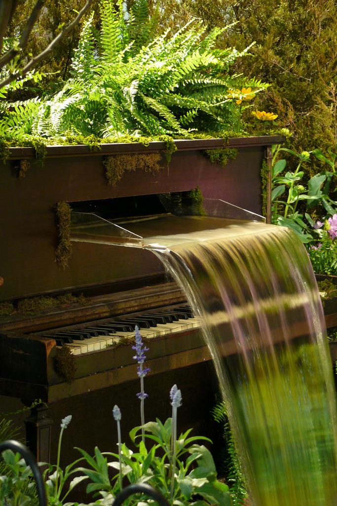 unconsumption: instrumento musical repurposing Mais: Instrumentos transformado em fontes de água.  I (Molly) tenho que dizer que eu tenho sentimentos mistos sobre fontes de água decorativas.  Eu acho o som de streaming de água a ser calmante, e eu sou um fã da arte do jardim e outras jardim y-coisas, no entanto, acho que as fontes podem ser um desperdício de recursos - água, eletricidade.  O que você acha?  Fotos, da Flower Show Filadélfia, através de Berenice, aka Babeur no Flickr, aqui e aqui.  Related: fontes de água cinéticos feitos a partir de instrumentos antigos, feitas por Douglas Walker.  Lovely, mas ainda assim.